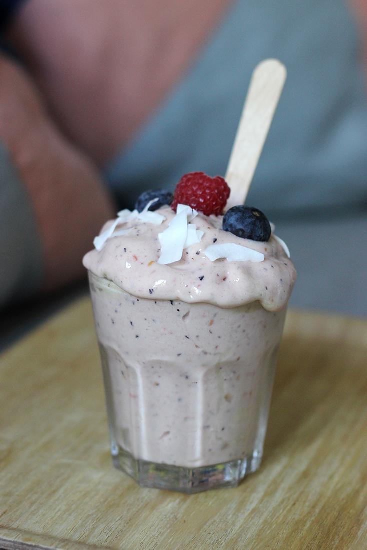 glace-banane-fruitsrouges-sanssorbetiere-sanssucre-sanslait4